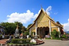 在Chedi Luang寺庙,清迈,泰国前面的金黄精神房子 库存照片