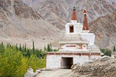 在Chemdey gompa,佛教徒修道院,拉达克,印度的高Shanti Stupa 图库摄影