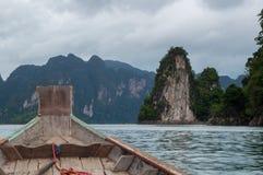 在Cheow Lan湖的一条longtail小船 库存照片