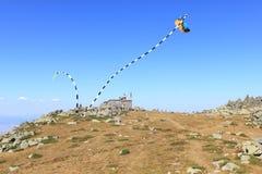 在Cherni Vrah`黑峰`风雨棚上的跳舞风筝 库存照片