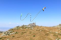 在Cherni Vrah`黑峰`风雨棚上的龙风筝 免版税图库摄影