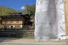 在Chhume村庄的祷告旗子,不丹 图库摄影
