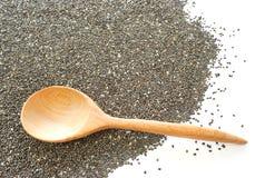 在chia种子的木匙子在白色背景 库存图片