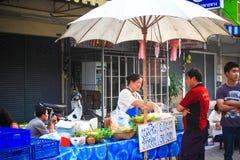 在Chiangmai星期天走的街道上的地方食物店 图库摄影