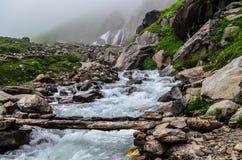 在Chika - Hampta通行证的小河艰苦跋涉 免版税库存图片