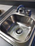 在children& x27的小洗碗盘行为; s玩耍区域 免版税库存图片