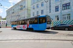 在Chistoprudny大道的电车在有野兽的,莫斯科, Ru房子附近 免版税库存图片