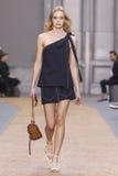 在Chloe展示期间,模型走跑道 库存图片