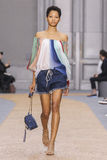 在Chloe展示期间,模型走跑道 免版税图库摄影