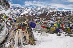 在Cho La通行证的祷告旗子。喜马拉雅山。尼泊尔 免版税库存照片