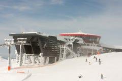 在Chopok峰顶附近的现代餐馆在Tatra低山在一飞雪多雪的天 库存照片