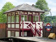 在Chorleywood火车站的被恢复的木信号房 库存图片