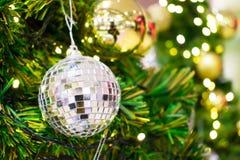 ?? 在chrismas树的礼物吊在假日 r 免版税库存照片