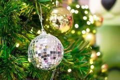 ?? 在chrismas树的金黄和银色礼物吊 r 免版税库存图片