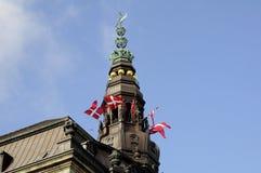 在CHRISTIANSBORG的丹麦旗子主人 库存照片