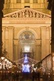 在christmastime的装饰的街道大教堂的 库存图片