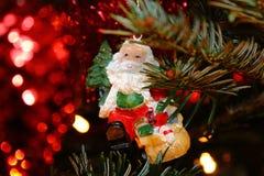 在christmastree的圣诞老人与光 免版税库存照片