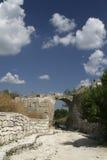 在Chufut无头甘蓝,克里米亚的老被成拱形的门户 库存图片