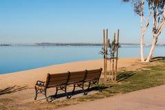 在Chula比斯塔Bayfront公园的长凳有圣地亚哥海湾的 图库摄影