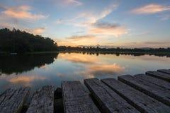 在Chumphon,泰国现出轮廓有河的木桥 库存图片