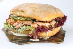 在ciabatta的鲜美鲑鱼排三明治 库存图片