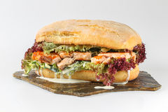 在ciabatta的鲜美鲑鱼排三明治 免版税库存照片
