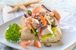 在ciabatta面包的海鲜沙拉 免版税库存照片