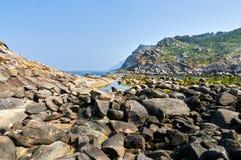在Cies海岛海边的岩石 比戈,蓬特韦德拉西班牙 免版税库存照片