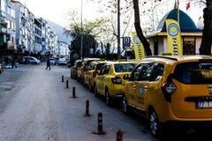 在Cinarcik夏天镇街道-土耳其上的黄色小室 免版税库存图片