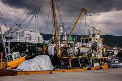 在Cinarcik镇口岸的捕鱼船  免版税图库摄影