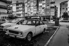 在Cinarcik -土耳其的街道的老Anadol汽车 免版税库存图片