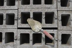 在cinderblock灰色背景的修平刀 以砖砌为背景是修平刀 图库摄影