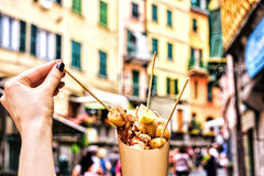 在Cinque terre意大利的海鲜 举行在街道背景的新可口油煎的鱼专长 免版税库存照片