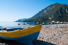 在Cirali海滩,土耳其的渔船 免版税图库摄影