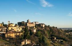 在Citta亚尔他或老镇大厦的看法在古城贝加莫, Lombardia,意大利在一个晴天 库存照片