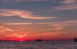 在Clearwater海滩,佛罗里达的日落 风景 海湾墨西哥 轮渡在背景中 库存照片