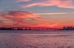 在Clearwater海滩,佛罗里达的日落 风景 海湾墨西哥 都市风景 免版税库存照片