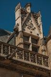 在Cluny博物馆的哥特式门面装饰,有富有的中世纪艺术品收藏的,在巴黎 免版税库存照片