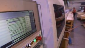在CNC机器的程序监督程序,人们在背景中运作 股票视频