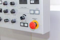 在CNC的控制板的紧急刹车按钮 免版税库存图片