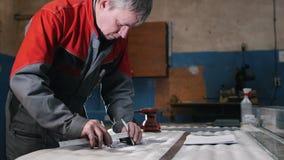 在cnc铣床中心前设计用途长圆规技术员测量的切割工具在工具车间 股票视频