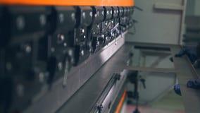 在CNC水压机闸的工作者弯曲的金属板 特写镜头 股票录像