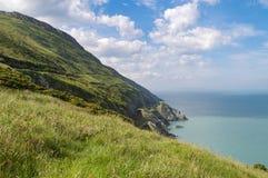 在Co峭壁的看法  爱尔兰海和铁路隧道的威克洛爱尔兰切开了成山的边 库存图片