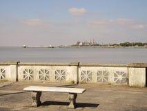 在coastine的长凳。 免版税库存图片