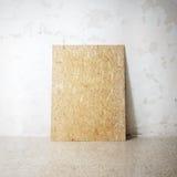 在cocrete墙壁上的空白的木自然框架 免版税库存图片