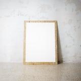 在cocrete墙壁上的空白的白色木自然框架 免版税库存照片