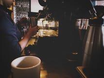 在coffe机器的Barista 库存图片