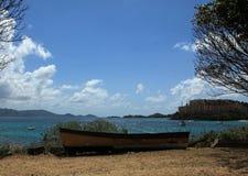 在Coki海湾的老小船在圣托马斯 免版税库存照片