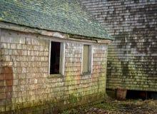 在collaps的边缘一个老不安全的龙虾渔船坞房子 免版税库存图片