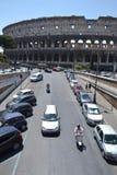 在Colosseum前面的汽车 免版税库存照片
